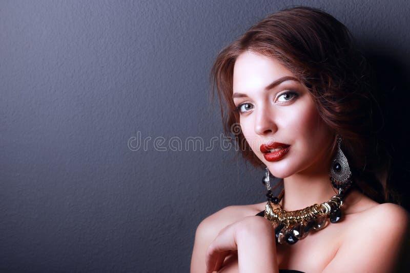 Mulher bonita com composição da noite no vestido preto fotografia de stock royalty free