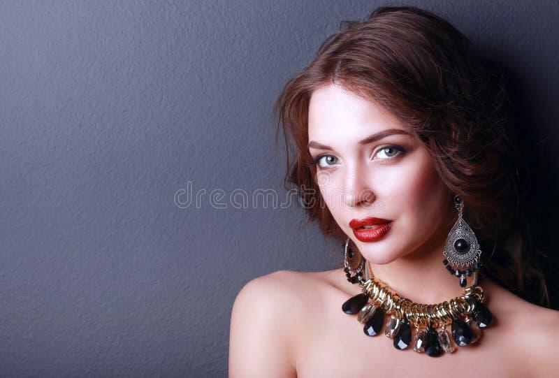 Mulher bonita com composição da noite no vestido preto fotos de stock royalty free