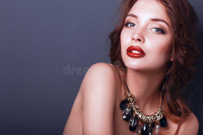 Mulher bonita com composição da noite no vestido preto imagens de stock