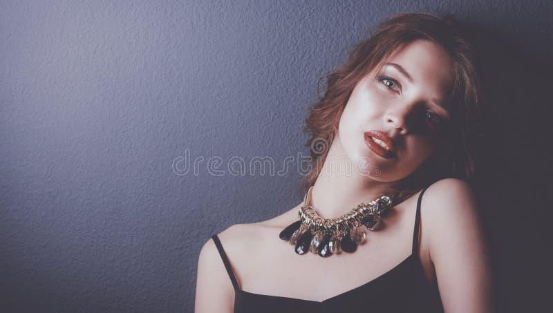 Mulher bonita com composição da noite no vestido preto imagens de stock royalty free