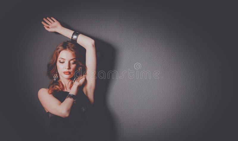 Mulher bonita com composição da noite no vestido preto foto de stock