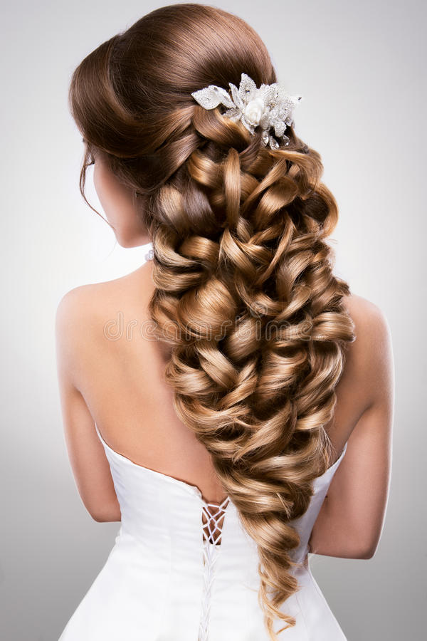 Mulher bonita com composição do ouro Noiva bonita com penteado do casamento da forma foto de stock royalty free