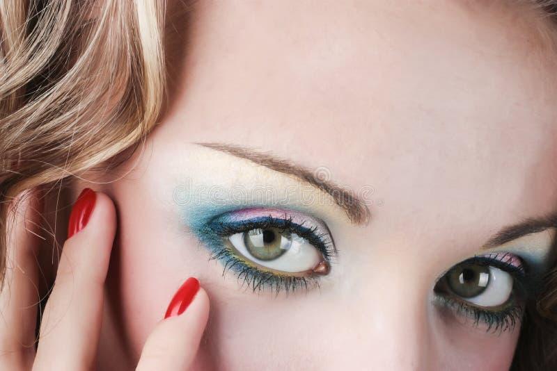 Mulher bonita com composição e manicure brilhantes. foto de stock