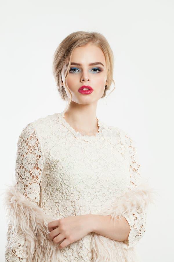 Mulher bonita com composição e penteado do bolo fotografia de stock