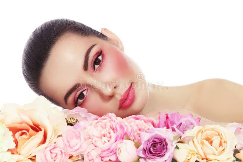 Mulher bonita com composição fresca e flores sobre o branco fotos de stock royalty free