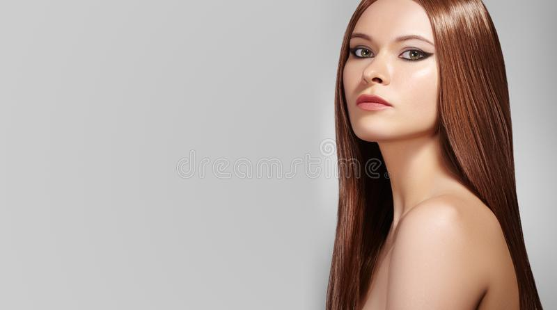 Mulher bonita com composição profissional Comemore a composição, brilhe a pele Olhar brilhante da forma com cabelo reto fotografia de stock royalty free