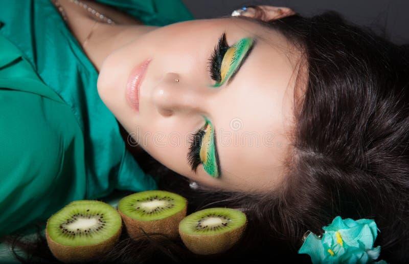 Mulher bonita com composição verde imagens de stock