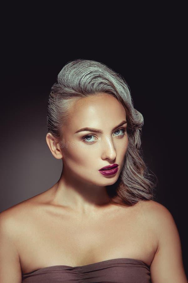 Mulher bonita com cor cinzenta do cabelo e composição bonita agradável foto de stock royalty free