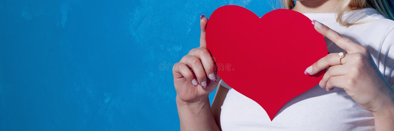 Mulher bonita com coração vermelho fotos de stock