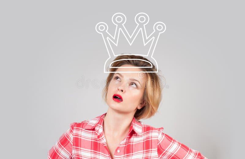 Mulher bonita com a coroa, olhando acima fotografia de stock royalty free