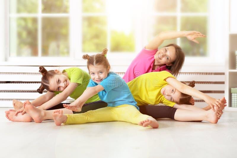 Mulher bonita com crianças foto de stock
