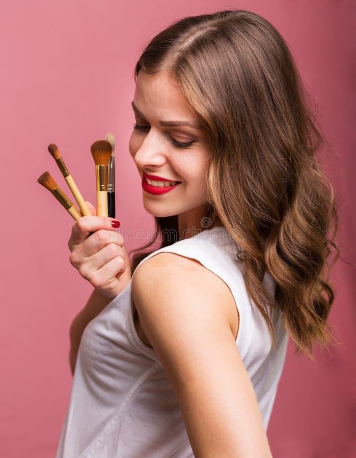 Mulher bonita com escova cosmética fotografia de stock