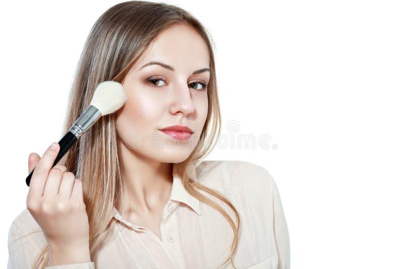 Mulher bonita com escova da composição imagens de stock
