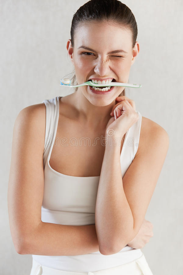 Mulher bonita com escova de dentes Fundo dos cuidados dentários imagens de stock royalty free