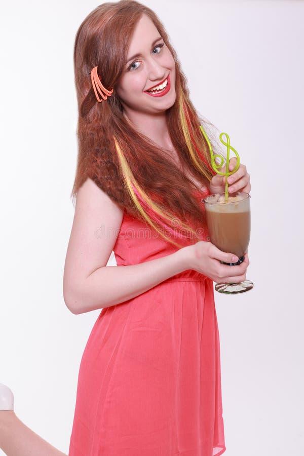 Mulher bonita com extensões coloridas do cabelo imagens de stock