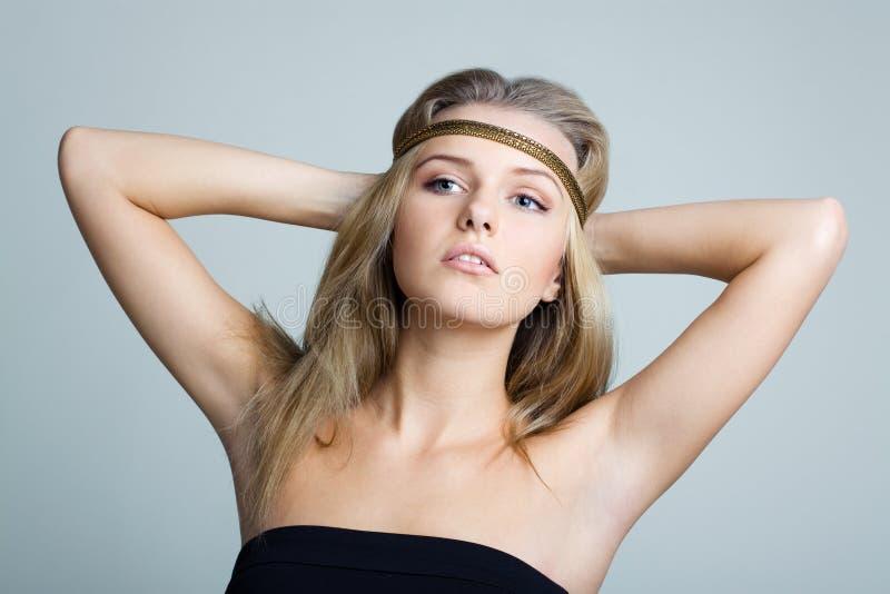 Mulher bonita com a faixa da jóia do ouro fotos de stock