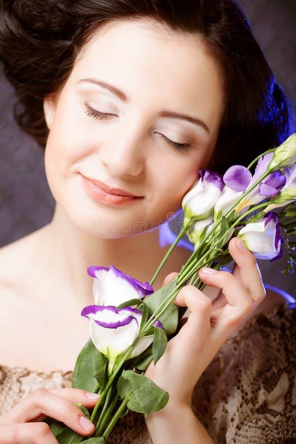 Mulher bonita com fim lilás da flor acima imagens de stock