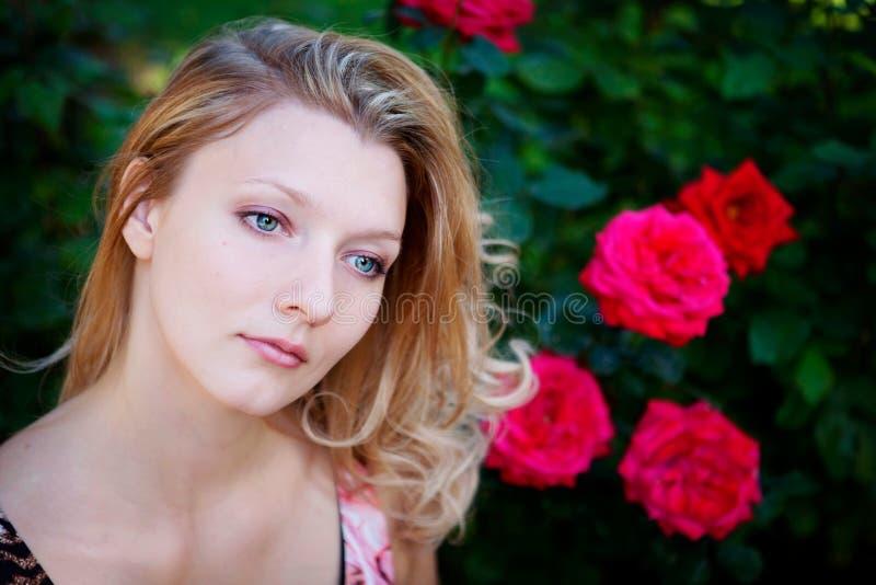 Download Mulher bonita com flor imagem de stock. Imagem de feliz - 12800817