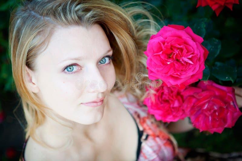 Download Mulher bonita com flor foto de stock. Imagem de caucasiano - 12800834