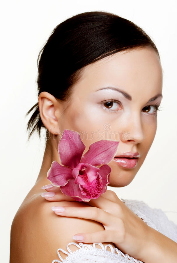 Mulher bonita com flor cor-de-rosa fotografia de stock royalty free