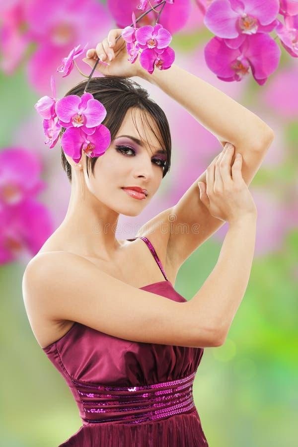 Mulher bonita com flor da orquídea fotografia de stock royalty free