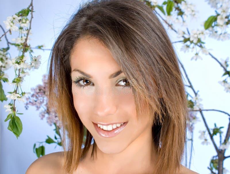 Mulher bonita com flor de cereja foto de stock