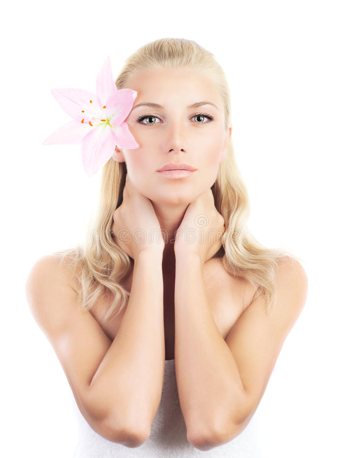 Mulher bonita com flor do lírio foto de stock