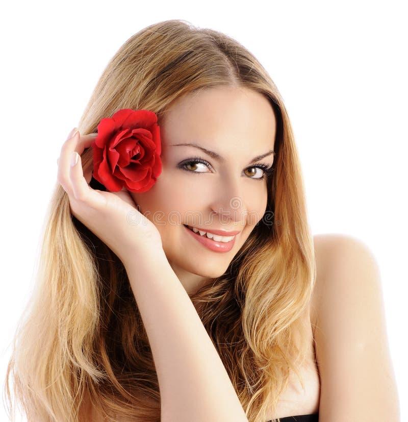 Mulher bonita com a flor em seu cabelo fotos de stock royalty free