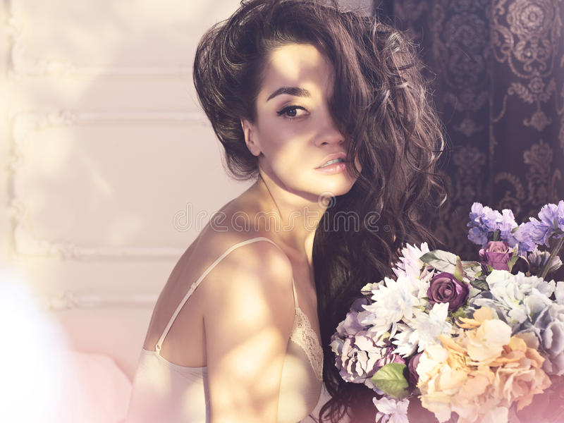 Mulher bonita com flores foto de stock