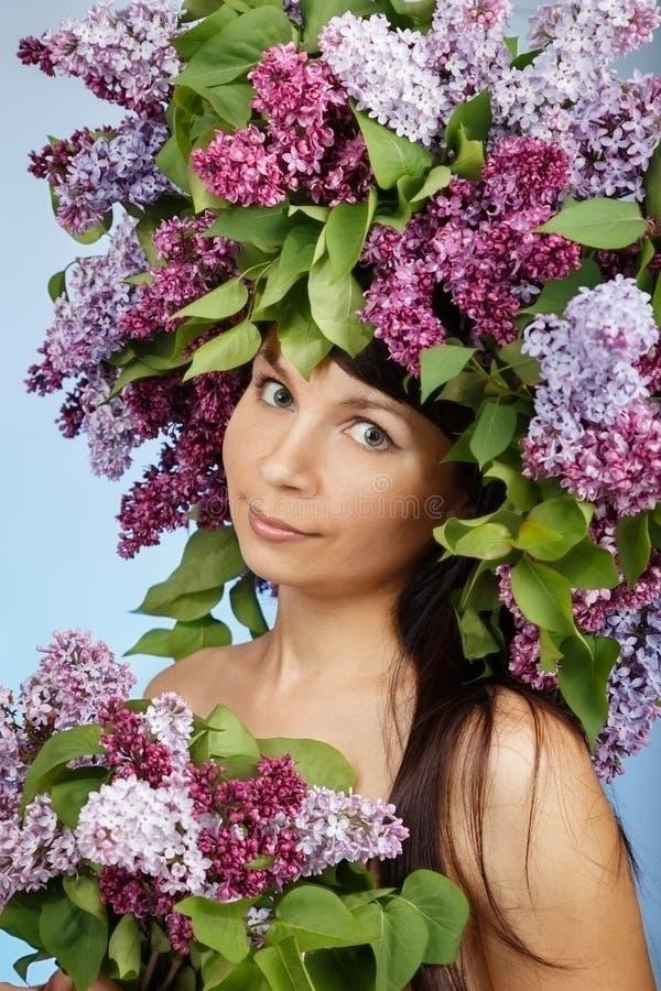 Mulher bonita com flores lilás fotografia de stock