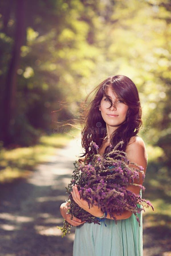 Mulher bonita com flores selvagens imagem de stock