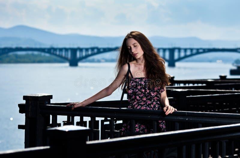 Mulher bonita com fundo da cidade da ponte imagem de stock