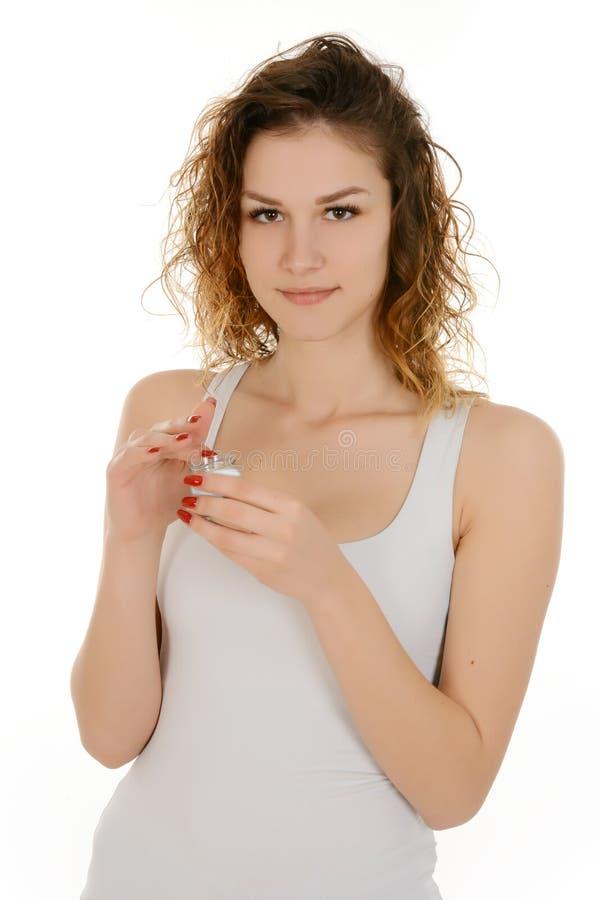 Mulher bonita com a garrafa do creme facial fotos de stock