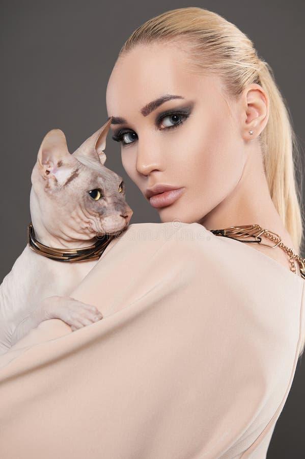 Mulher bonita com gato de Sphynx Menina da vaquinha fotos de stock