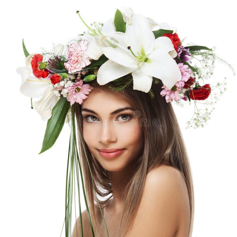 Mulher bonita com grinalda da flor foto de stock