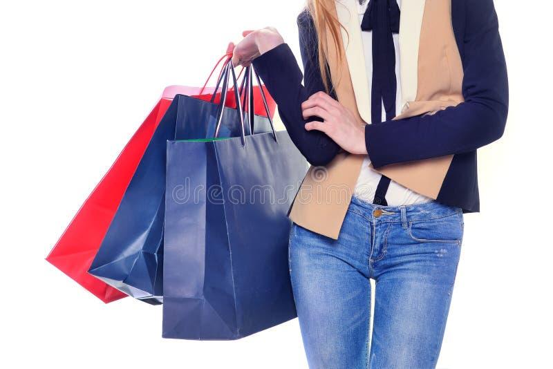 Mulher bonita com guardar dos sacos de compras imagens de stock