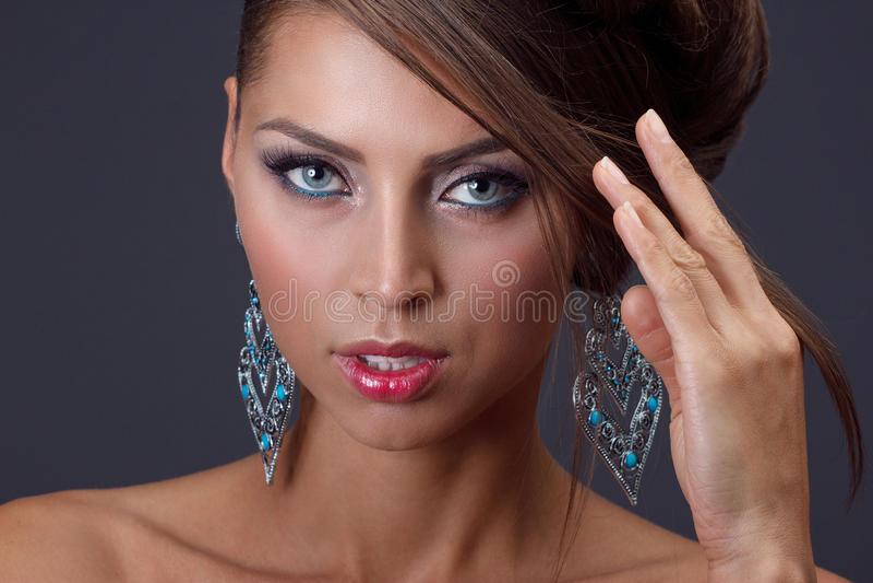 Mulher bonita com jóia fotografia de stock royalty free