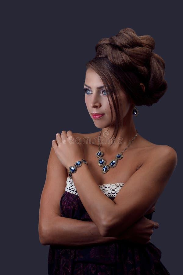 Mulher bonita com jóia imagens de stock