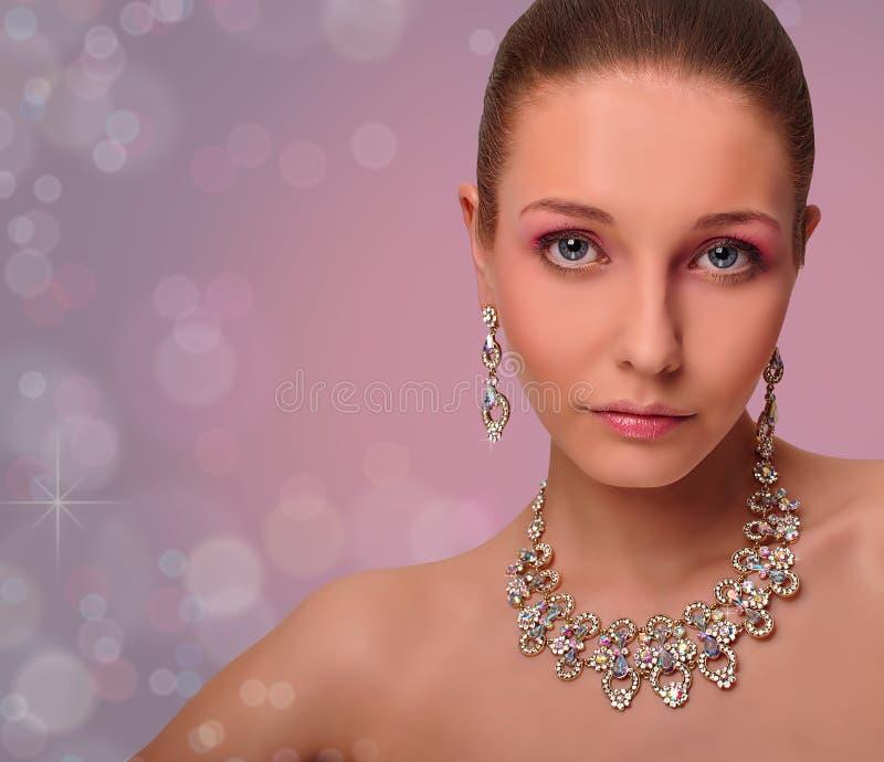 Mulher bonita com jóia. Colar. Brincos. imagem de stock royalty free