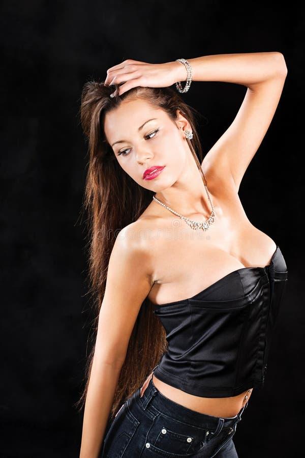 Mulher bonita com jóia e cabelo longo foto de stock