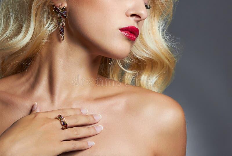 Mulher bonita com jóia Penteado encaracolado da menina loura bordos, pele e cabelo imagens de stock
