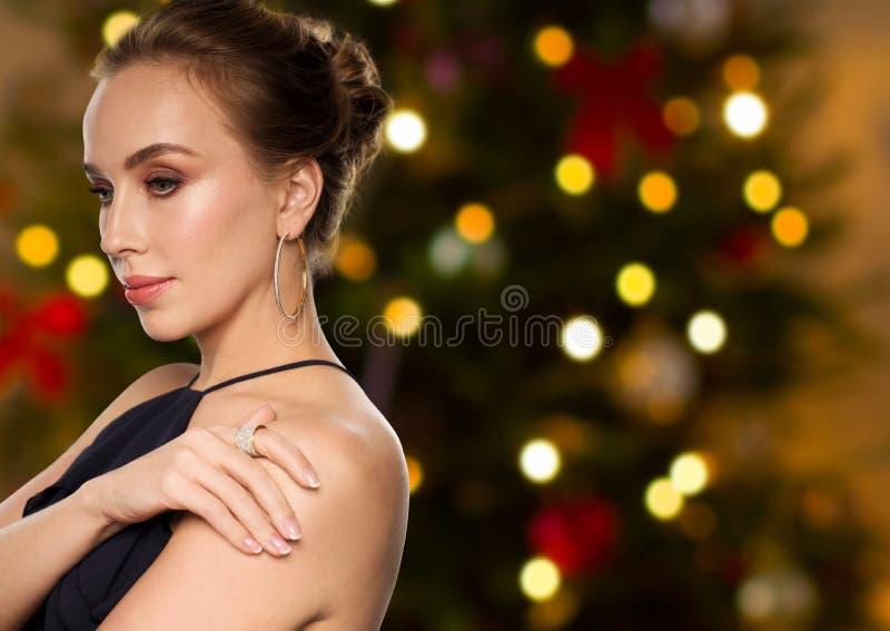 Mulher bonita com joia do diamante no Natal foto de stock royalty free