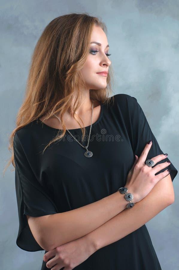 Mulher bonita com joia no conceito da forma foto de stock