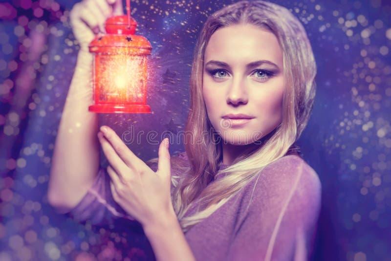 Mulher bonita com lanterna de incandescência imagem de stock