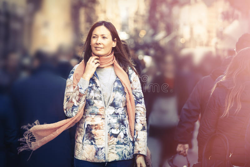 Mulher bonita com lenço que anda na cidade da multidão Estação do inverno fotografia de stock