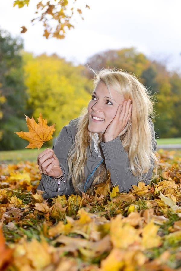 Mulher bonita com licença de outono fotos de stock