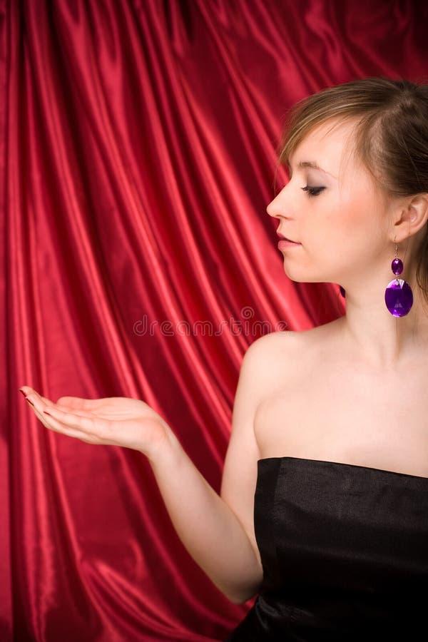 Mulher bonita com a mão pronta para a colocação do produto imagens de stock royalty free