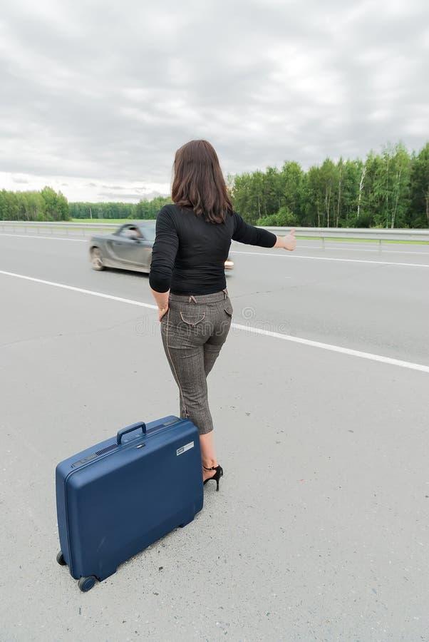 Mulher bonita com mala de viagem Vista traseira fotografia de stock royalty free