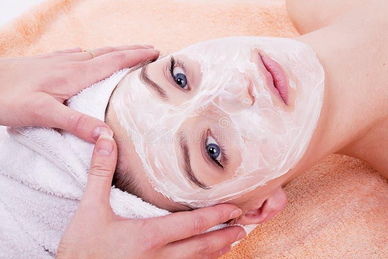 Mulher bonita com massagem do abrandamento de toalha imagem de stock