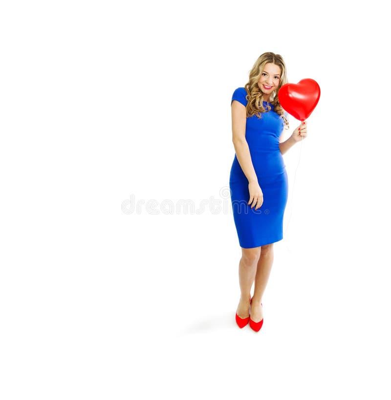 Mulher bonita com o balão dado forma coração imagem de stock